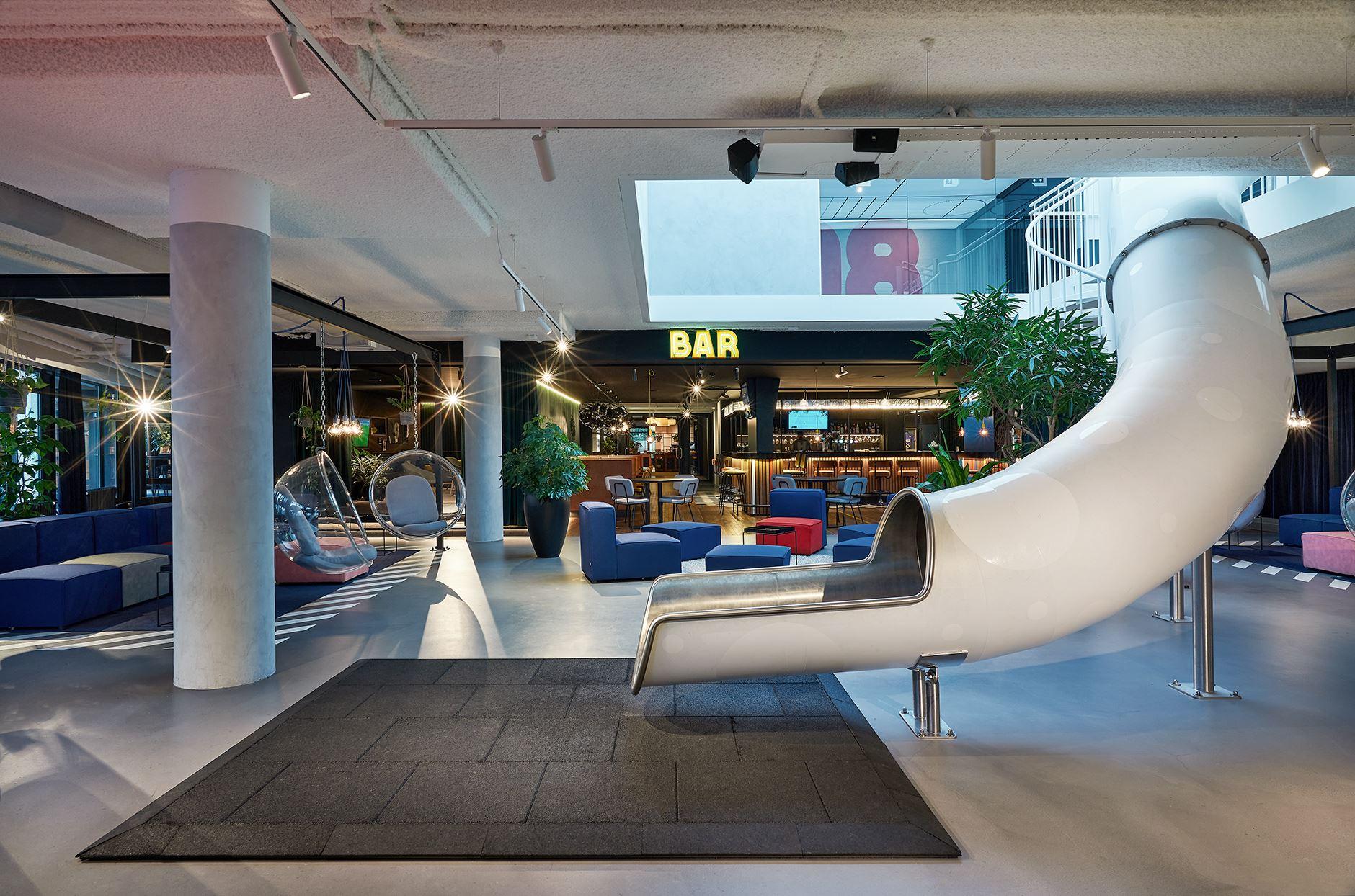 hup-hotel-glijbaan-sports-bar